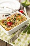 Paj Lorraine med höna, champinjoner, broccoli och tomater Fotografering för Bildbyråer