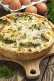 Paj Lorraine med höna, champinjoner och broccoli Arkivfoton
