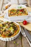 Paj Lorraine med höna, champinjoner och broccoli Arkivbilder