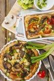 Paj Lorraine med höna, champinjoner och broccoli Arkivfoto