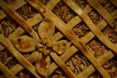 Paj med äpplen som dekoreras med en degblomma Royaltyfria Bilder