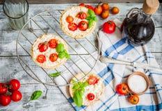 Paj med getost och körsbärsröda tomater, vegetarisk mat Arkivfoton