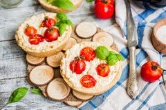 Paj med getost och körsbärsröda tomater, vegetarisk mat Arkivbild