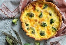 Paj med laxen och broccoli Royaltyfri Foto