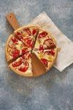 Paj med ost och tomater arkivbilder