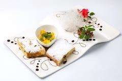 Paj med russin av sockerpulver, stycken av ananas Royaltyfria Bilder