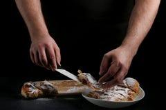 Paj på mörker med handen begrepp av att dekorera bagerit paj som gör begrepp royaltyfri fotografi