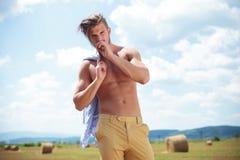 Paja al aire libre de los controles del hombre muscular con las tetas al aire en boca Fotografía de archivo