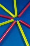 Paja coloreada en fondo azul Imagen de archivo