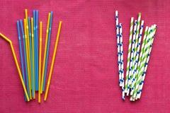 Paja plástica disponible no reutilizable colorida contra la paja de papel imagen de archivo