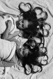 Pajamaparti och barndombegrepp Flickor ligger på vita och rosa sängark Fotografering för Bildbyråer