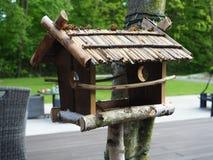 Pajarera, alimentador del pájaro en el árbol fotos de archivo