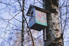 Pajarera colorida en el árbol Nidal Foto de archivo