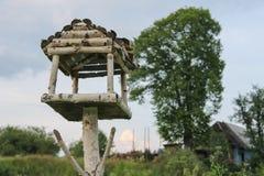 Pajarera de madera en Cárpatos Imagen de archivo