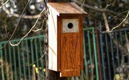 Pajarera de madera en un árbol Foto de archivo libre de regalías