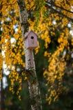 Pajarera en árbol Foto de archivo libre de regalías