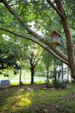 Pajarera en jardín Fotos de archivo libres de regalías