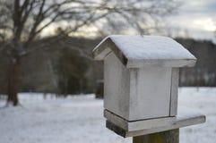 Pajarera en la cerca en invierno Fotografía de archivo