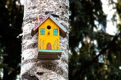 Pajarera en un árbol I Fotos de archivo