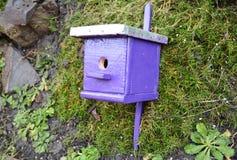 Pajarera púrpura, nidal para el jardín amistoso de los pájaros Foto de archivo