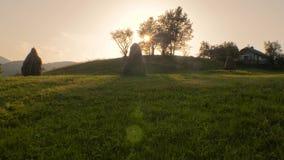 Pajares en el campo Paisaje de la aldea Colina verde en el verano Henar con los pajares en d?a de verano soleado hayfield almacen de metraje de vídeo