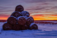 Pajares en una pirámide doblada campo en la puesta del sol y el cielo amarillo rojo en la opinión del paisaje de la postal del in imagenes de archivo