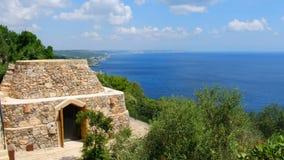 Pajaru на побережье Salento адриатическом в Apulia - южной Италии - типичные сельские сухие каменные здания подобные Trulli сток-видео