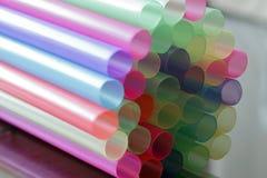 Pajas de beber coloreadas en colores pastel plásticas grandes, cierre para arriba imagenes de archivo