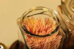 Pajas de beber en el color de cristal fotos de archivo libres de regalías