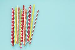 Pajas de beber multicoloras en fondo ciánico Foto de archivo libre de regalías