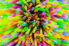 Pajas de beber plásticas coloreadas Imágenes de archivo libres de regalías