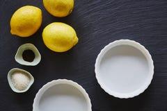 Pajen för citronen för matbloggbagerit på mörker kritiserar worktop Royaltyfri Foto