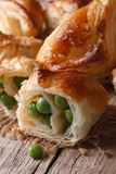 Pajer av smördeg som är välfyllda med makrolodlinje för gröna ärtor Royaltyfria Foton