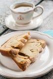 Pajfruktkakapäron och en skiva av en kopp te Fotografering för Bildbyråer