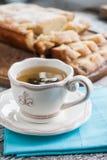 Pajfruktkakapäron och en skiva av en kopp te Arkivfoton