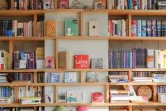 PAJU, COREIA - 24 DE NOVEMBRO DE 2009: bookself em um bookcafe Foto de Stock Royalty Free