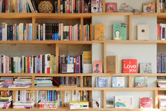 PAJU, KOREA - NOVEMBER 24, 2009: bookself in een bookcafe Stock Foto