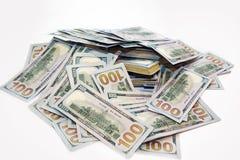 Pak dollars in een stapel van geld Stock Afbeeldingen