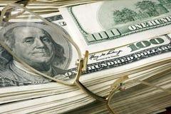 Pak dollars en glazen Stock Foto's