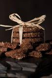 Pak graangewassenkoekjes op stuk van zwarte steen Stock Foto