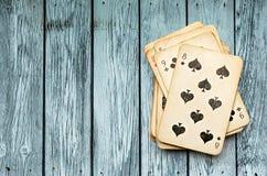 Pak kaarten op houten achtergrond stock foto
