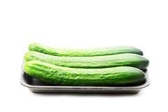 Pak komkommers op wit worden geïsoleerd dat stock afbeeldingen