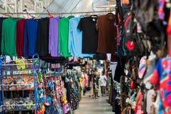 Pak Kret, Tailandia/nonthabury- 3 aprile 2018: L'abbigliamento e la gente del mercato delle calzature vanno a fare spese fotografia stock libera da diritti