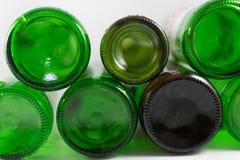 Pak lege bier en wijn groene en bruine flessen van de glasbodem, op een witte achtergrond Milieuvriendelijk hergebruik, royalty-vrije stock foto's