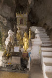 Pak Ou Caves - statues en bois bouddhistes Photo libre de droits