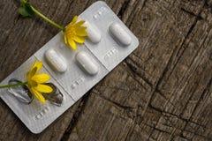 Pak pillen op een houten bank Royalty-vrije Stock Foto