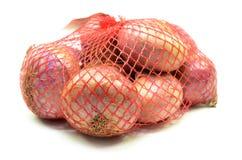 Pak rode geïsoleerde uien royalty-vrije stock foto's