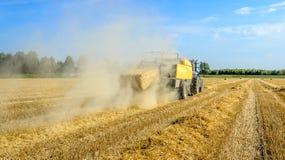PAK-Weizenstroh verlässt die Ballenpresse lizenzfreie stockfotografie