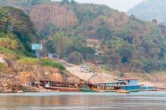 Pakbeng,老挝- 2015年3月03日:在湄公河的缓慢的小船巡航劈裂 免版税库存图片