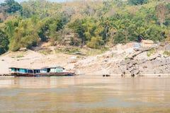 Pakbeng,老挝- 2015年3月03日:在湄公河的缓慢的小船巡航劈裂 免版税库存照片